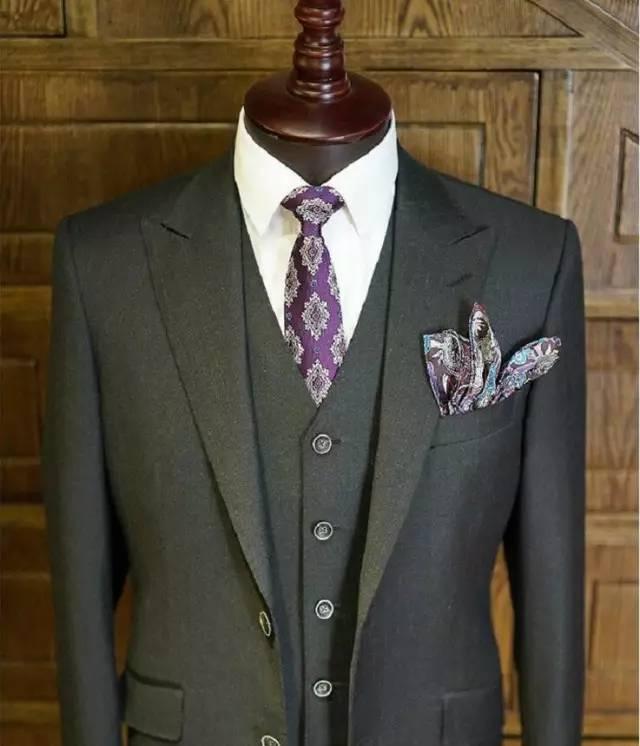 现在要选的是领带(或领结) 。什么颜色可以和深灰色(西装)和淡蓝色(衬衫) 相搭配?几乎所有的颜色都可以:深蓝色、葡萄酒红色、粉红色、黄色、石灰绿色、任何形状的条纹或者小点的图案 。 选择你喜欢的任何颜色,然后把这条领带放在西装和衬衫上。结果是这套萝蒙西服、衬衫和领带的搭配很完美。